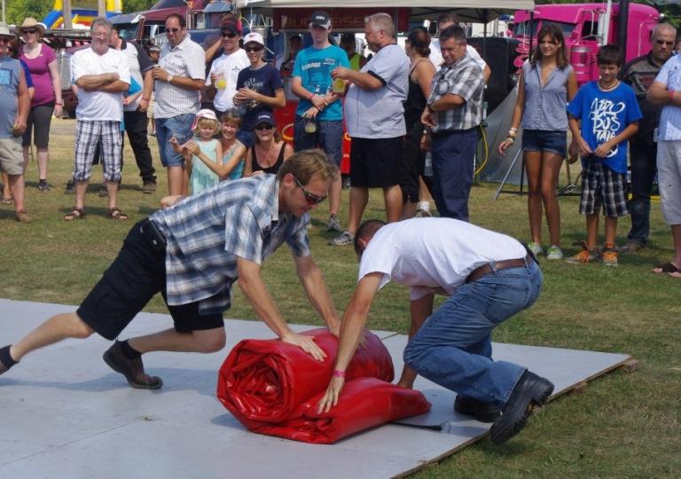 2012 - Compétition de pliage de toile Alyak 2000 aux Truck 'N' Roll en Cœur